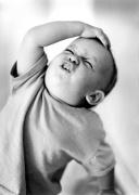 Baby-slaps-himself-on-the-forehead-Gerd-Pfeiffer-200958.jpg